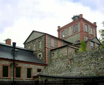 Důl Vojtěch, vlevo strojovna, vpravo šachetní budova