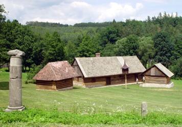 Dům čp. 3 z Arnoštovic, kamenný milník a dva roubené špýchary z Počepic