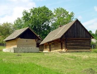 Dům čp. 3 z Arnoštovic a roubený špýchar z Počepic